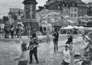 Bambini che giocano sulla strada